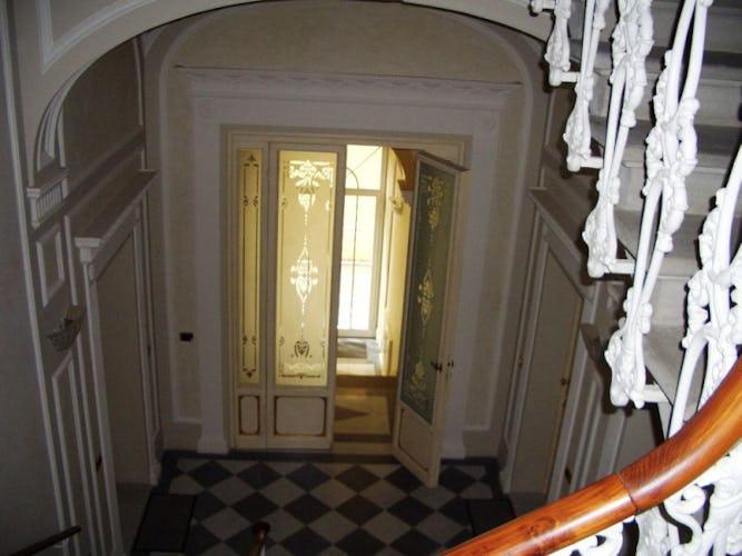 Gli eleganti particolari dell'entrata decorata in stile classico