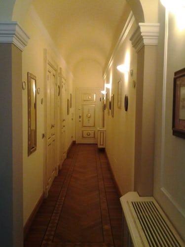 L'appartamento si trova in un edificio signorile ed elegante