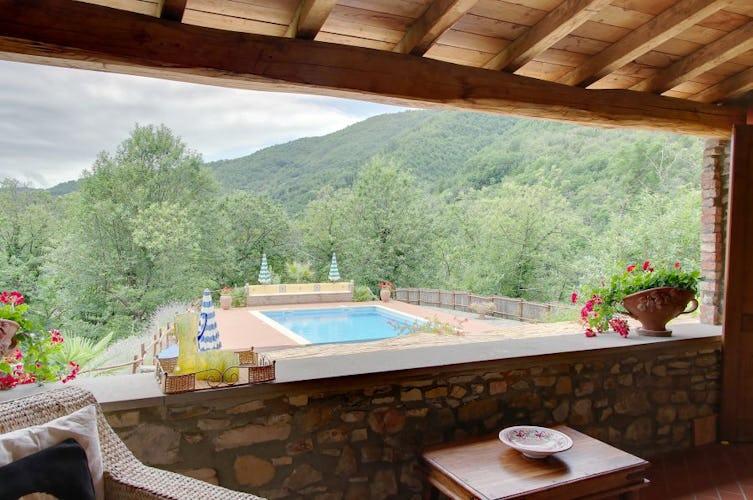La piscina panoramica, in posizione dominante sulla natura circostante