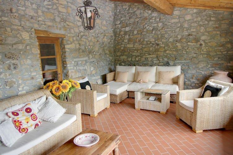 La terrazza coperta con divani e poltrone per stare tutti insieme