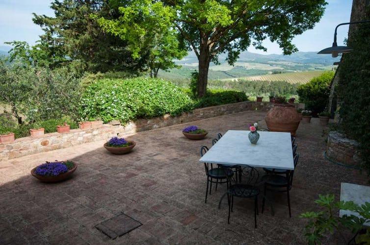 Bellissima terrazza panoramica per rilassarsi e mangiare all'aperto