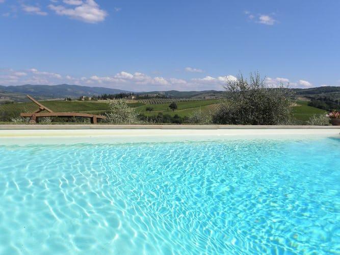 Intorno alla piscina, vi è un ampio solarium per godere della vista