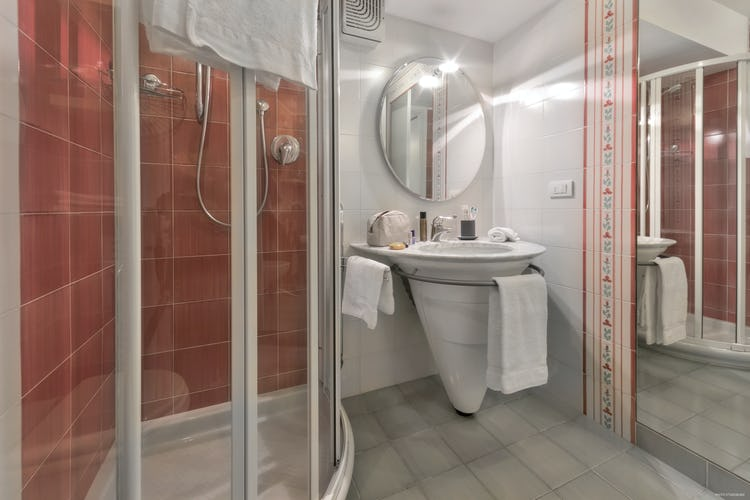 Old Bridge Apartment: two en suite bathrooms with shower