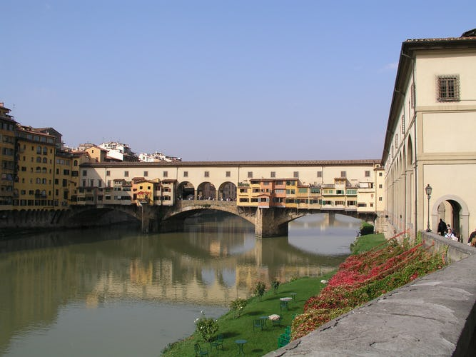 Old Bridge Apartment: Iconic monument in Florence Italy