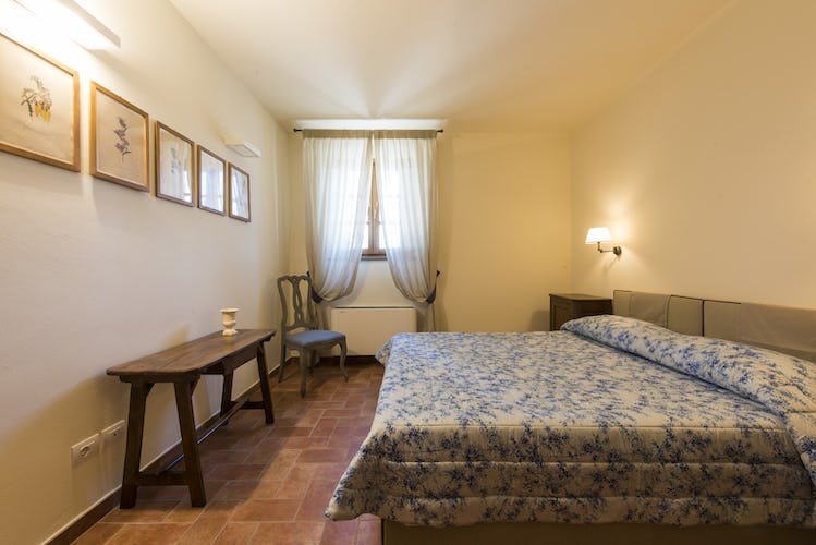 Olmofiorito Agriturismo: Elegant double bedroom with terracotta floors