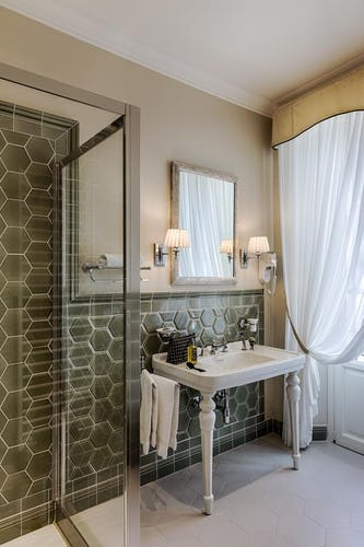 Palazzo Roselli Cecconi Hotel: Bathrooms with shower or tub