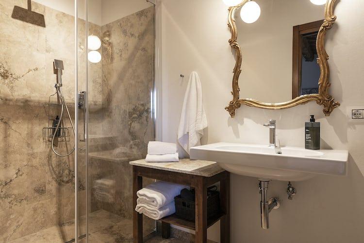 Tradizionale eleganza e comodità di questo bagno dell'appartamento