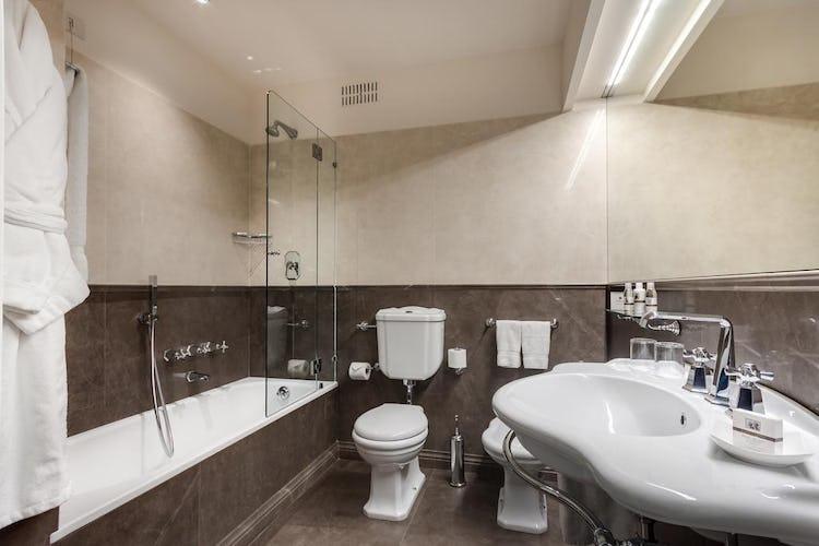 Plaza Hotel Lucchesi - bagni spaziosi con doccia e vasca da bagno