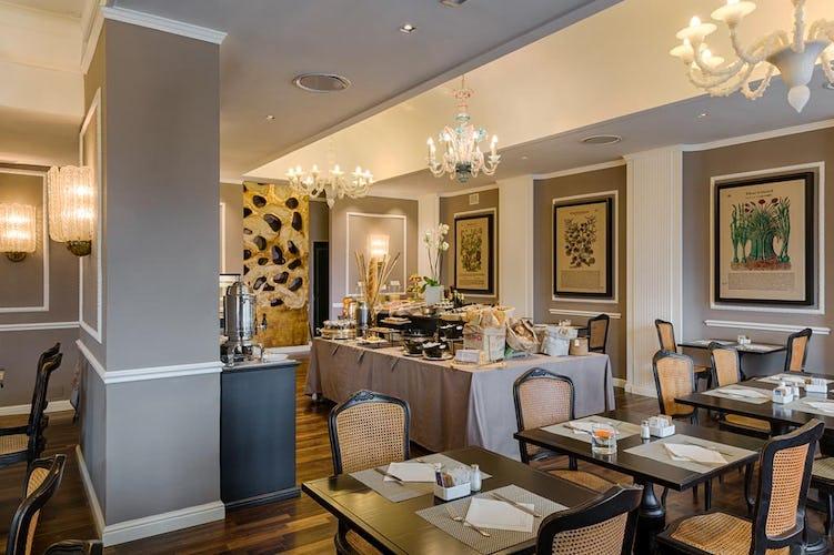 Plaza Hotel Lucchesi - l'accogliente sala per le colazioni ed il ristorante in loco