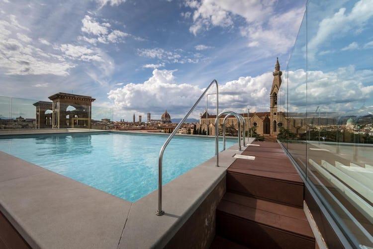 Plaza Hotel Lucchesi - piscina panoramica sul tetto dell'edificio