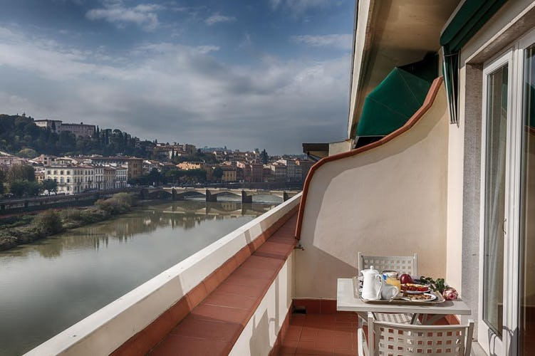 Plaza Hotel Lucchesi - rooms with balcony view over the Arno River
