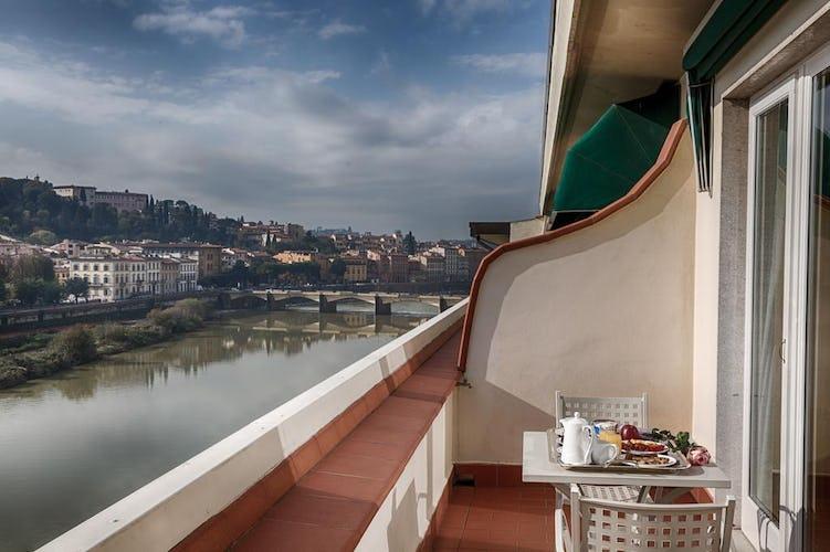 Plaza Hotel Lucchesi - camera con terrazza e vista sul fiume Arno