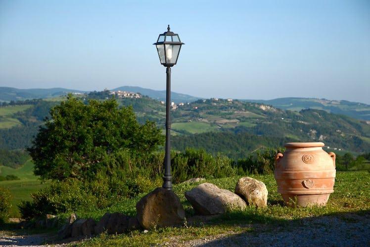 Il paesaggio: colline rigogliose e pittoreschi borghi medievali
