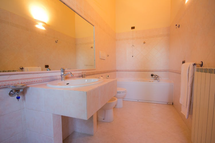 Podere Raffaello - Spacious Bathroom