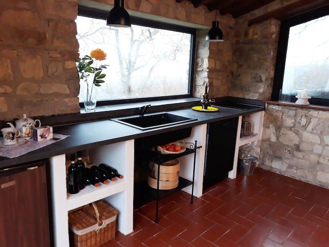 La cucina del fienile con ampie finestre sul panorama