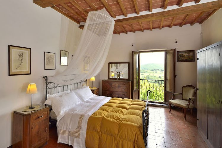 Bedrooms with panoramic terrace at Stuart View Apartments Montepulciano