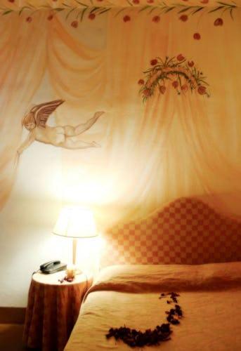 Elegante particolare dell'arredo di una delle camere, dotata di wi-fi