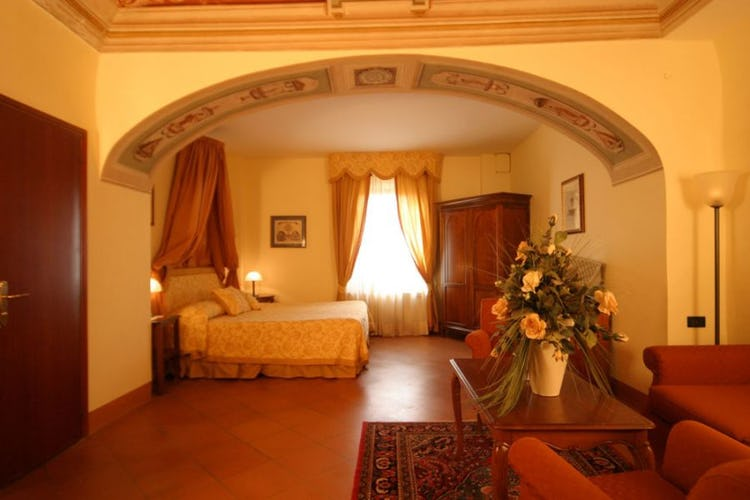 Antiques and frescos in the bedrooms at il Chiostro di Pienza