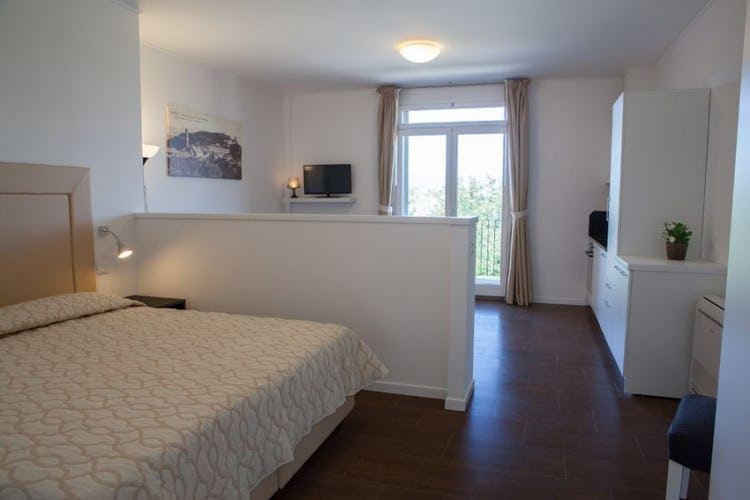 Apartment with double bed, living room and kitchenette