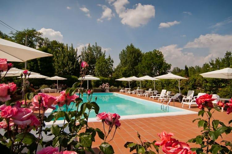 La piscina, con un'ampia area solarium dotata di sdraio ed ombrelloni