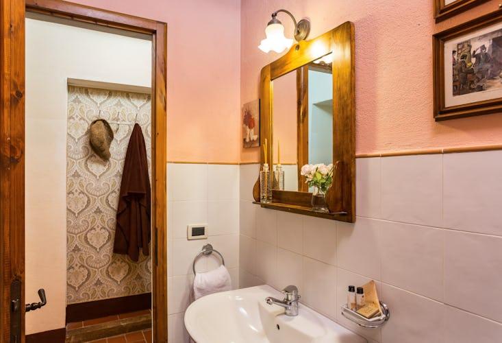 Romitorio di Serelle - Bagni con doccia dal design semplice ed elegante