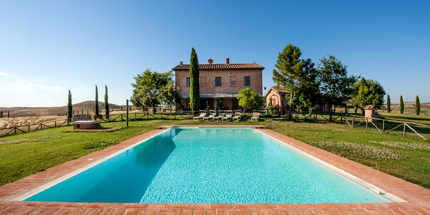 Farmhouse with apartments near Siena