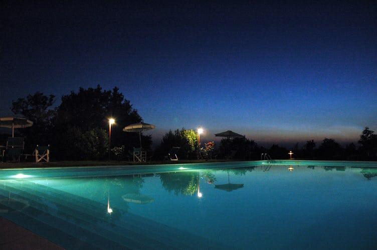 Piscina di notte alla Tenuta Moriano Chianti