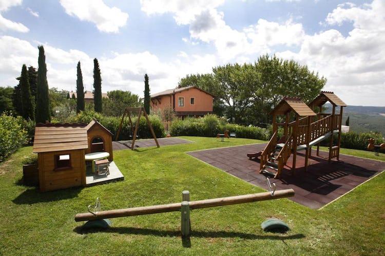 Tenuta Quadrifoglio: L'area giochi per bambini con altalene e scivolini