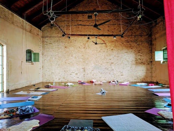 Terzo di Danciano: Hardwood floors in the grand hall for Yoga retreat