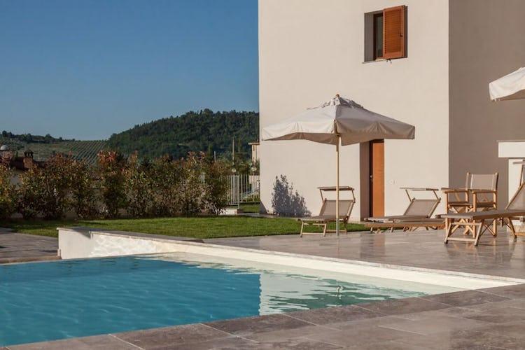 Un tuffo in piscina per poi sdraiarsi sotto il sole di Toscana