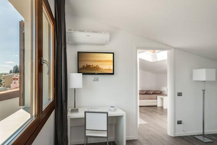 Le camere sono dotate di comfort moderni come AC e tv