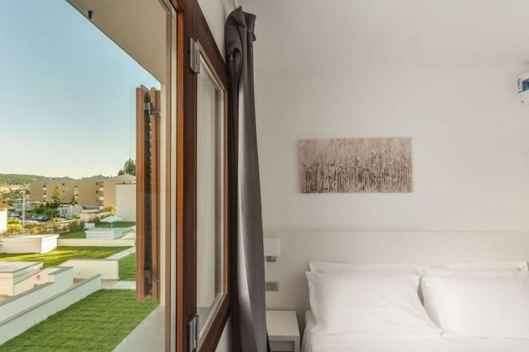 Le camere si affacciano o sul giardino o sulla piscina del resort