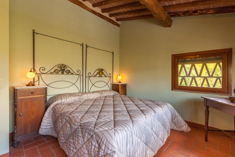 Ghiaia Holiday Villas & Homes: camera da letto principale con un arredo tipico toscano