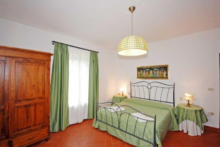 Villa I Leoni ha 7 camere matrimoniali e 3 doppie
