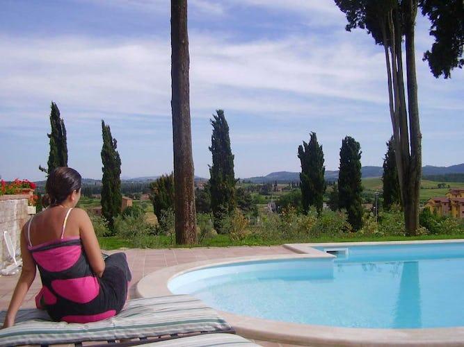 La piscina con vista sulle colline circostanti