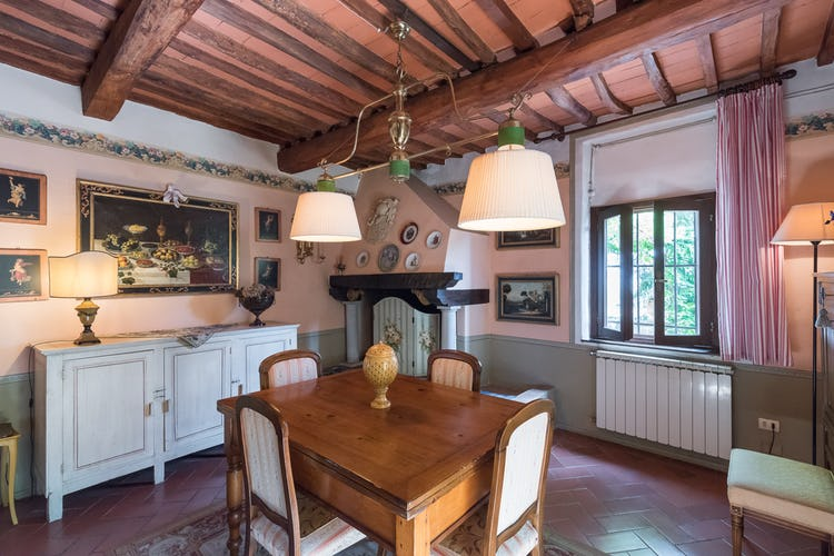 Villa Lysis - dining room with fireplace