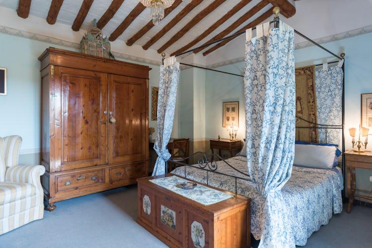 Villa Lysis - wrought iron four post bedframe