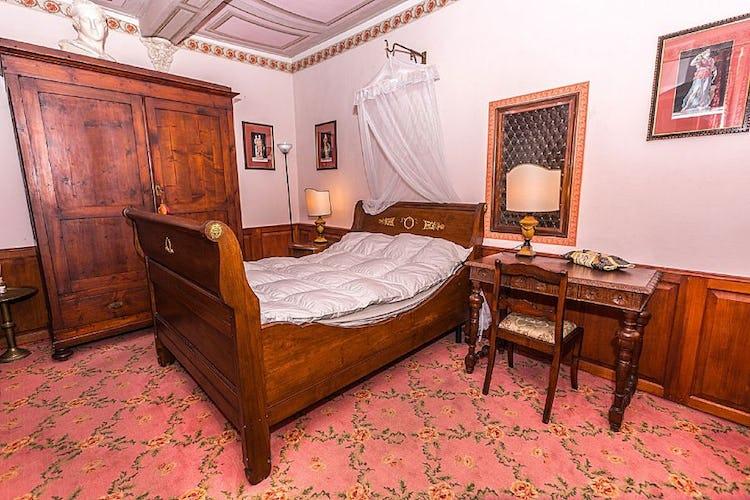 La camera singola al piano terra con letto in legno ottomano