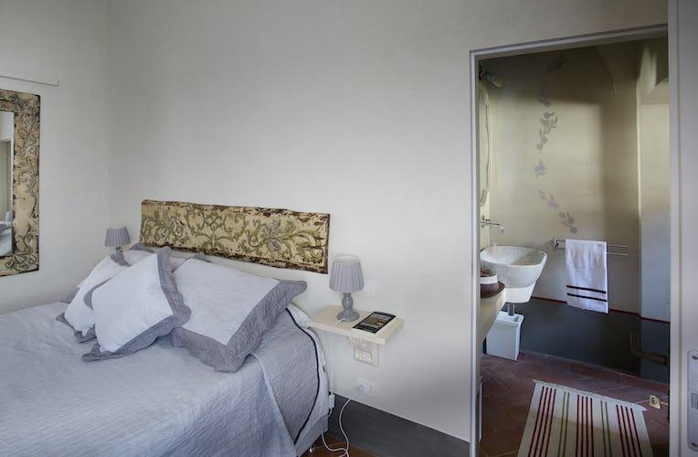 Villa Roveto: Double bedroom with en suite bathroom