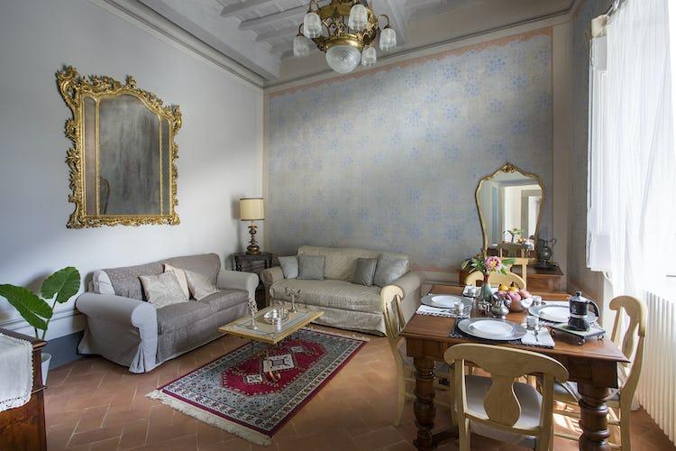 Villa Roveto: il soggiorno e sala pranzo, arredata con eleganza e stile