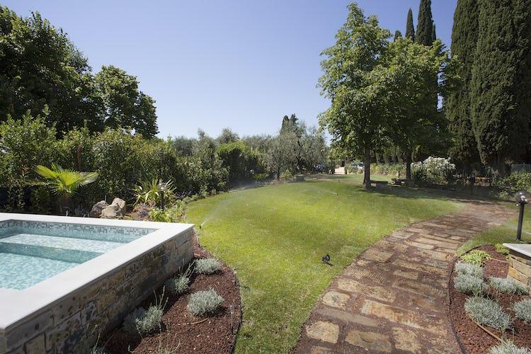 Villa Roveto: la piscina immersa nel verde del rigoglioso giardino