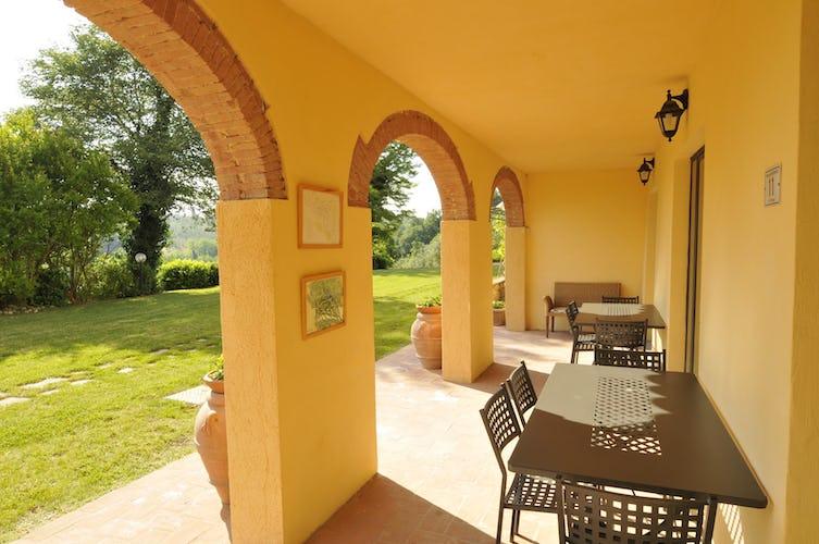 Villa Tiziana: il loggiato esterno dove poter mangiare godendo del panorama