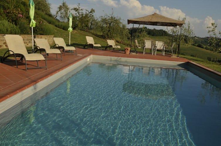 Villa Tiziana: l'area intorno alla piscina è attrezzata con sdraio e sedie