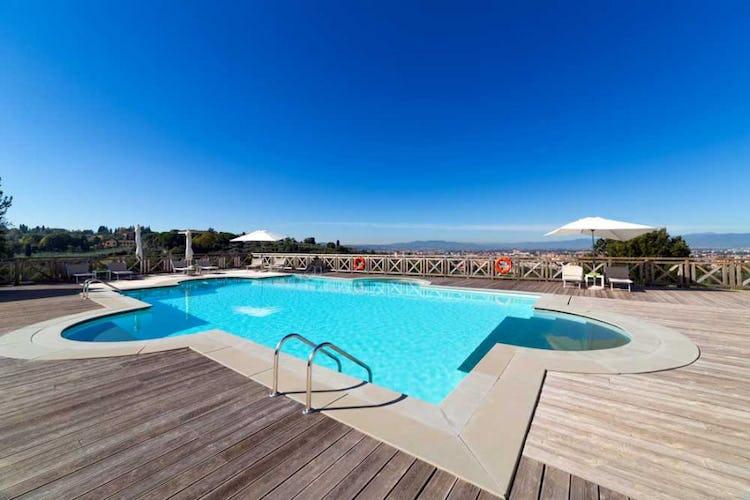 Vista panoramica da bordo piscina a Villa Tolomei