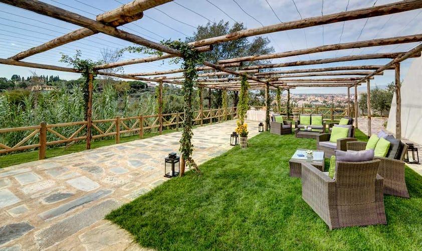 Il giardino è dotato di tavoli e sedie per godersi il paesaggio