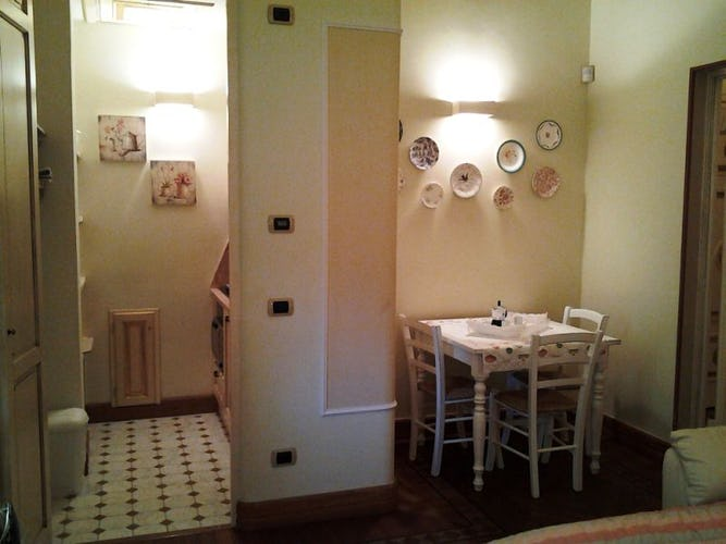 The welcoming and friendly dining room with table and chairs