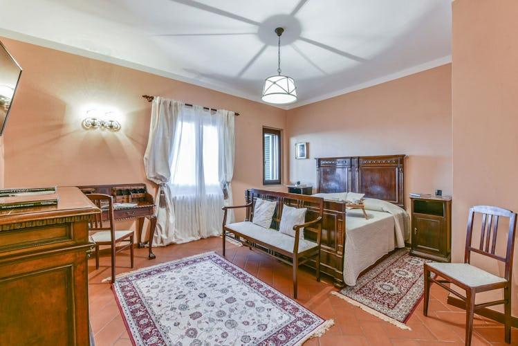 La camera matrimoniale di Mezzola, molto luminosa ed ampia